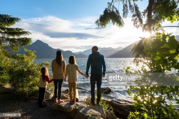 familienbindung in der natur - vancouver stock-fotos und bilder