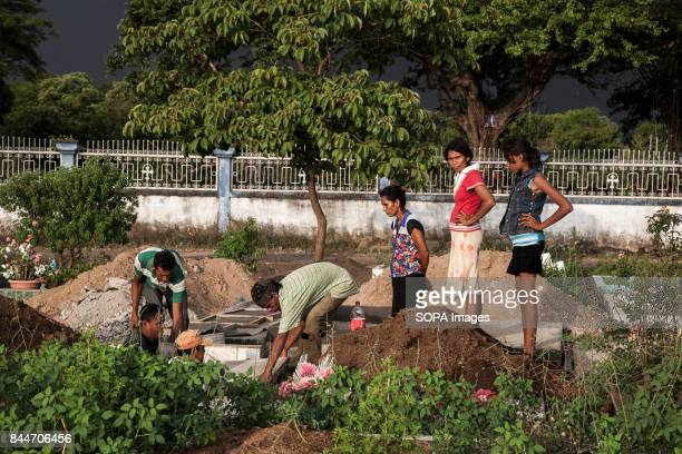 CHICHIGALPA CHINANDEGA NICARAGUA A family burying a relative dead from the chronic kidney disease at a grave near their village The figures are...