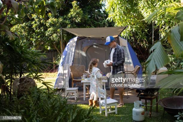 裏庭での家族のキャンプ - ナイトウェア ストックフォトと画像