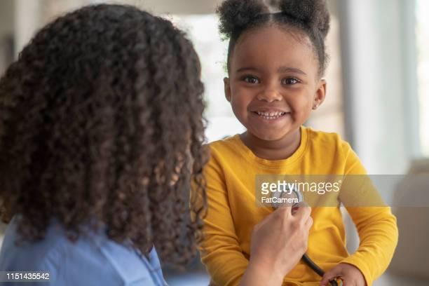 el cuidado familiar - cardiólogo fotografías e imágenes de stock