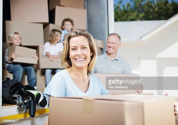 Familie tragen Kisten von moving van