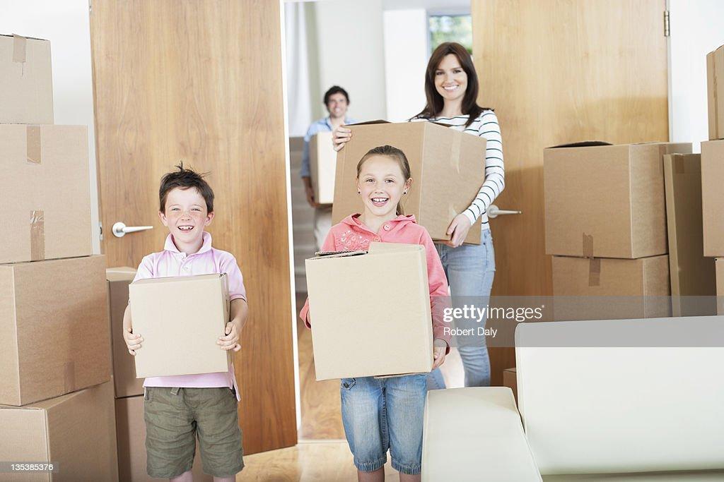 Familie tragen Kisten in neues Zuhause : Stock-Foto