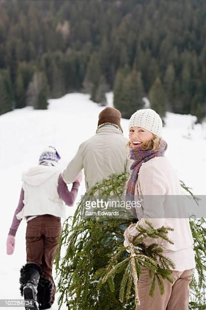 Familie hohen Weihnachtsbaum und Schnee