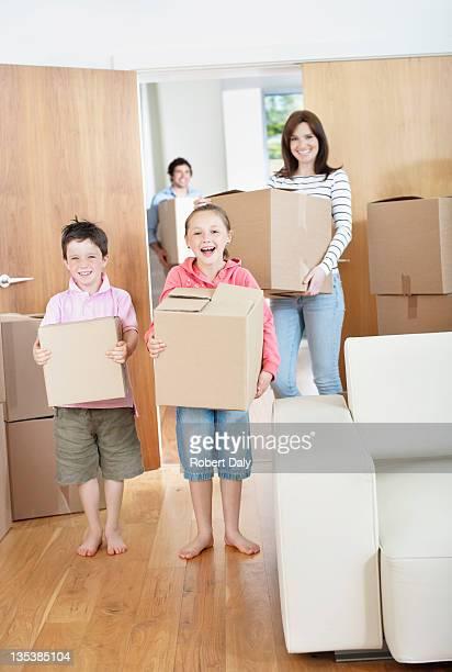 Familie tragen, die Boxen in neues Zuhause