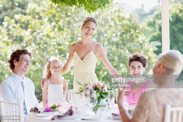 Familia celebrando en una recepción de bodas