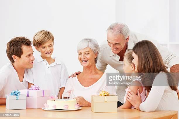 Familia celebrando un cumpleaños