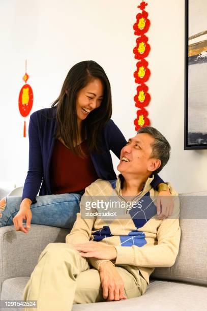 familj firar kinesiska nyåret hemma - 30 34 years bildbanksfoton och bilder