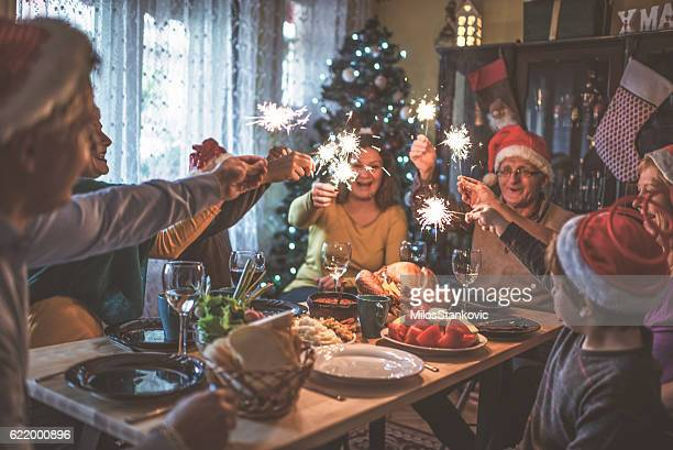 family celebrating christmas for many years together - dîner photos et images de collection