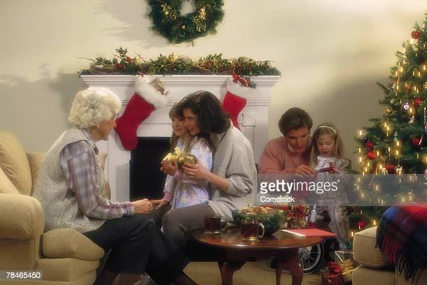 family celebrating christmas - 1990 1999 - fotografias e filmes do acervo