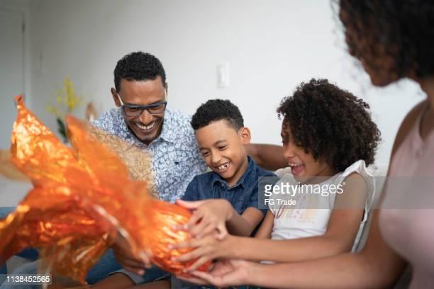 família que comemora easter em casa - easter family - fotografias e filmes do acervo