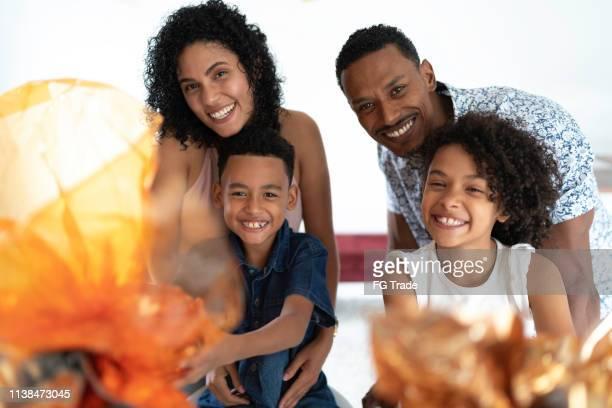família que comemora easter no retrato home - easter family - fotografias e filmes do acervo