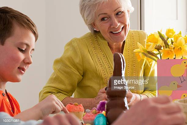 Famiglia celebra la Pasqua