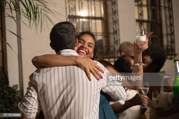famille célèbre happy new year à la maison - passer le bras autour photos et images de collection