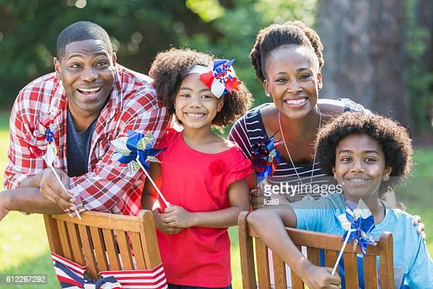 Famille célébrant Jour du Souvenir et de la fête nationale du 4 juillet