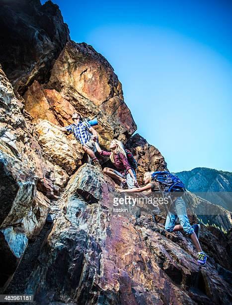 Famille escalade la montagne