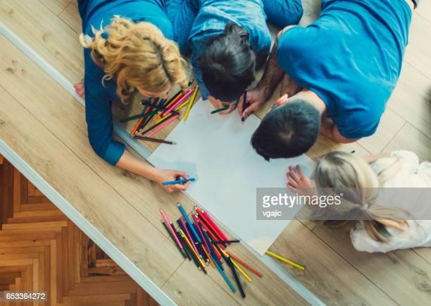 Colorear juntos en casa de familia
