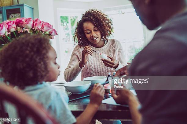 family colouring easter eggs at home - happy easter mom stock pictures, royalty-free photos & images