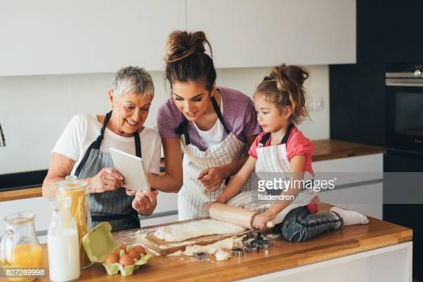 Familia de la cocina a la vista en la cocina