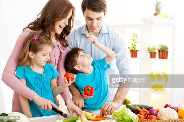 Familie kochen zusammen