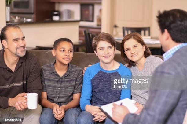 familie counseling sessie thuis met therapeut. - adoptie stockfoto's en -beelden