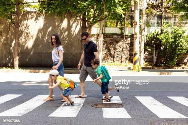 Família a atravessar a rua... se divertindo