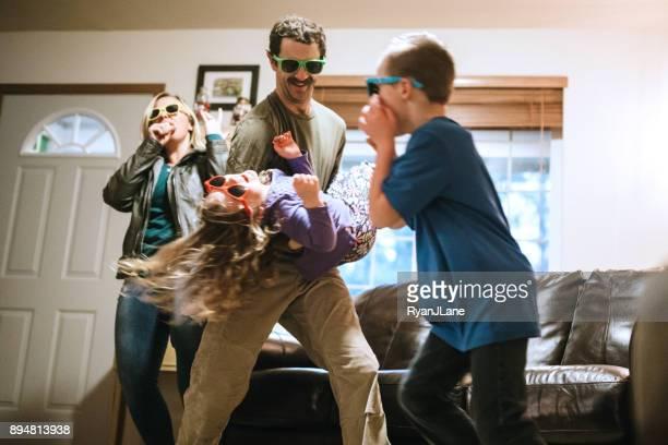 famille, dansant et chantant dans le living room - danse humour photos et images de collection