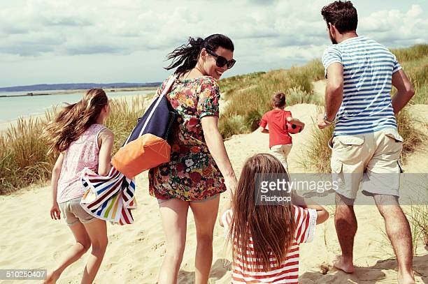 family day out at the beach - day stock pictures, royalty-free photos & images