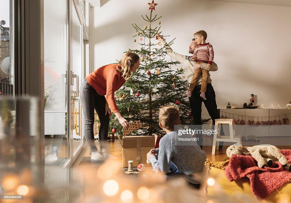 Family decorating Christmas tree : Stock-Foto