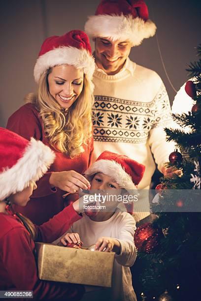 Famille Décorer un arbre de Noël ensemble