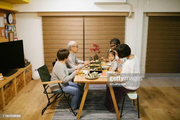ファミリーディナー - ダイニングテーブル ストックフォトと画像