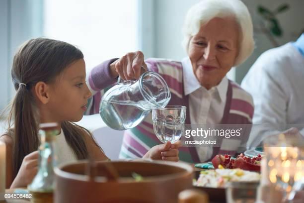 familia la cena - agua potable fotografías e imágenes de stock