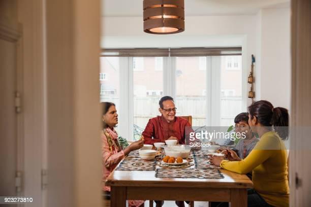 cena in famiglia - bangladesh foto e immagini stock