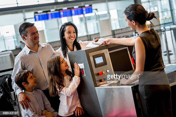 Familie bei check-in