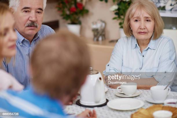 family drinking tea at brunch - cliqueimages stockfoto's en -beelden