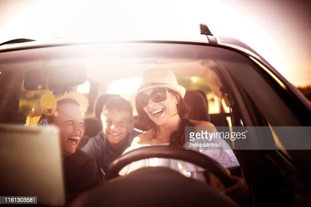 田舎のロードトリップで車で車で運転する家族 - 車内 ストックフォトと画像