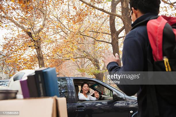 family dropping off their son at college - dia 1 - fotografias e filmes do acervo