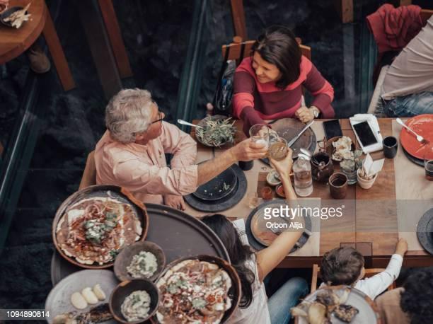 家族のメキシコ レストランで食事
