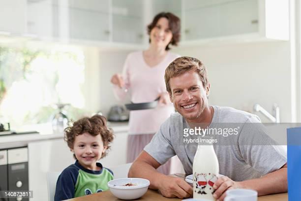 Família comer o pequeno-almoço na cozinha