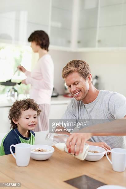 Familie essen Frühstück in der Küche