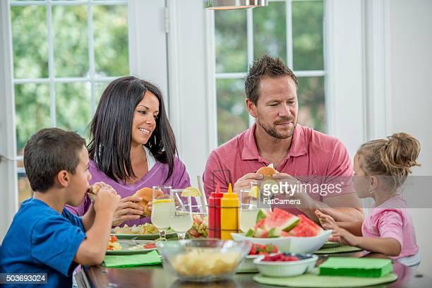 Familie essen Abendessen am Tisch