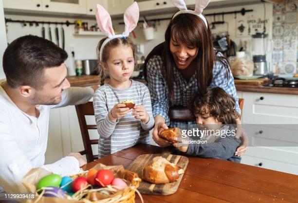 família, comer pão de páscoa - easter family - fotografias e filmes do acervo