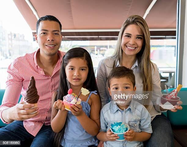 Familie essen Eis