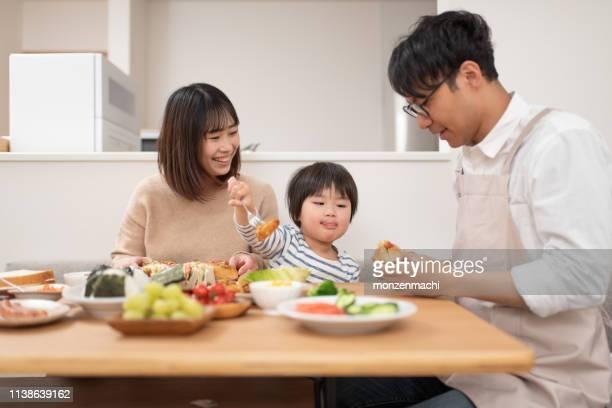 家庭で昼食を食べる家族 - 食卓 ストックフォトと画像