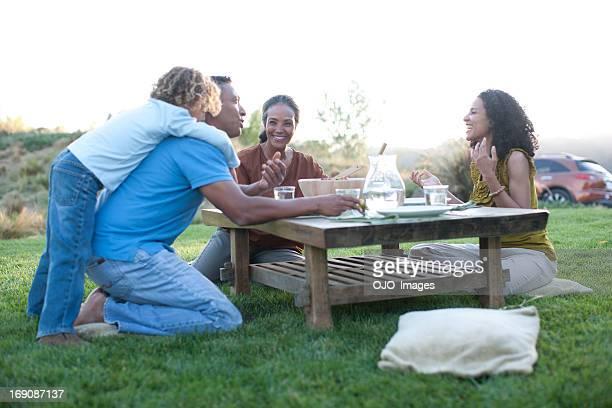 Familie Essen im Freien