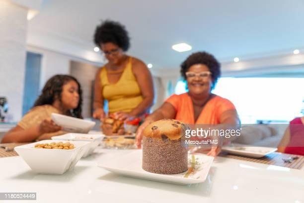 famiglia che mangia panettone a casa - panettone foto e immagini stock