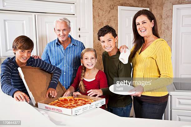 Familie Essen pizza in take-out-box ein.
