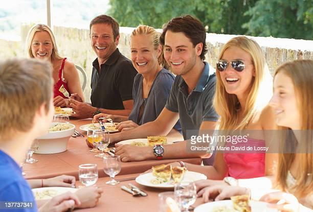 Familia comiendo juntos al aire libre
