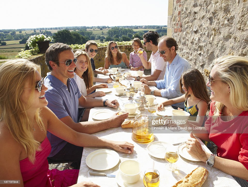 Familie gemeinsam im Freien essen : Stock-Foto