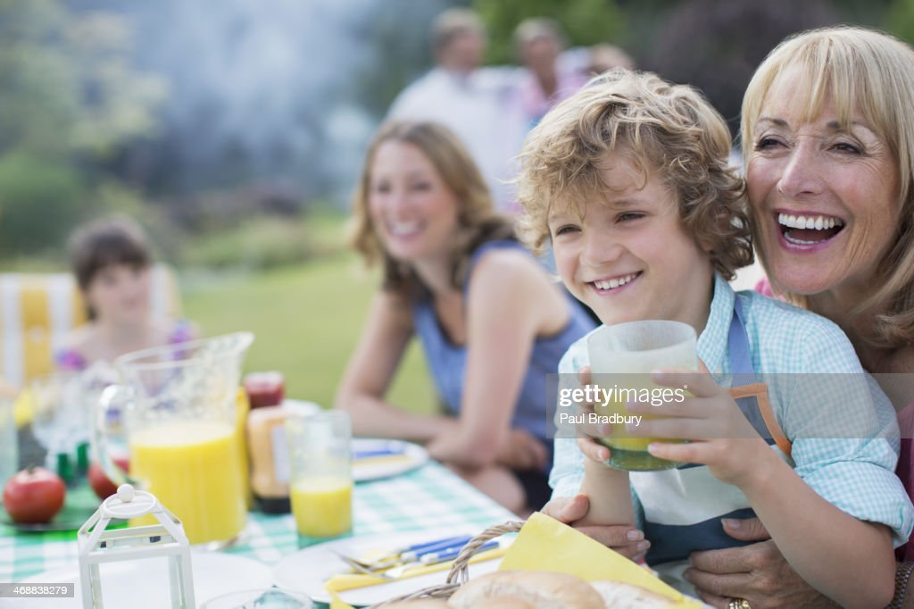 Famille manger ensemble à l'extérieur : Photo