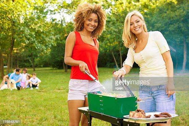 Familie genießen Sie ein barbecue-Picknickbereich.